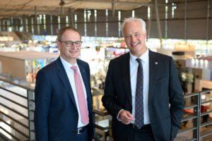 Carl Martin Welcker, EMO-Generalkommissar, (r.) und Dr. Wilfried Schäfer, Geschäftsführer beim EMO-Veranstalter VDW (Verein Deutscher Werkzeugmaschinenfabriken) sind zufrieden mit dem Verlauf der EMO Hannover 2019.