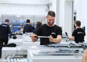 Die Experten aus Jena entwickeln und produzieren maßgeschneiderte Antriebssysteme für Maschinenbauer. Auf dem Innovationsforum Düsseldorf 2020 erhalten Interessenten umfangreiche Informationen zu kundenspezifischer Servoantriebstechnik und mechatronischen Systemen.